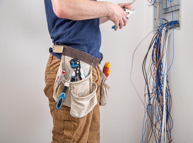 elektriker arbejder