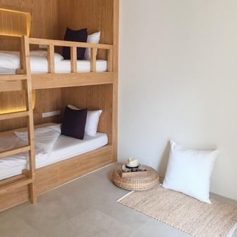 brun høj seng
